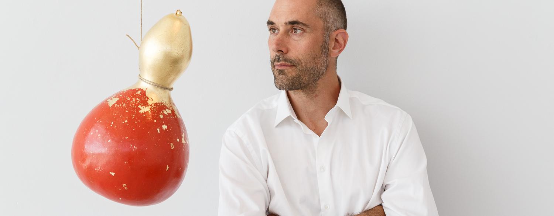 Tobias Birgersson med ett av sina konstverk på VIDA Museum & Konsthall.