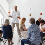 Tobias håller en presentation för besökare på VIDA Museum & Konsthall.