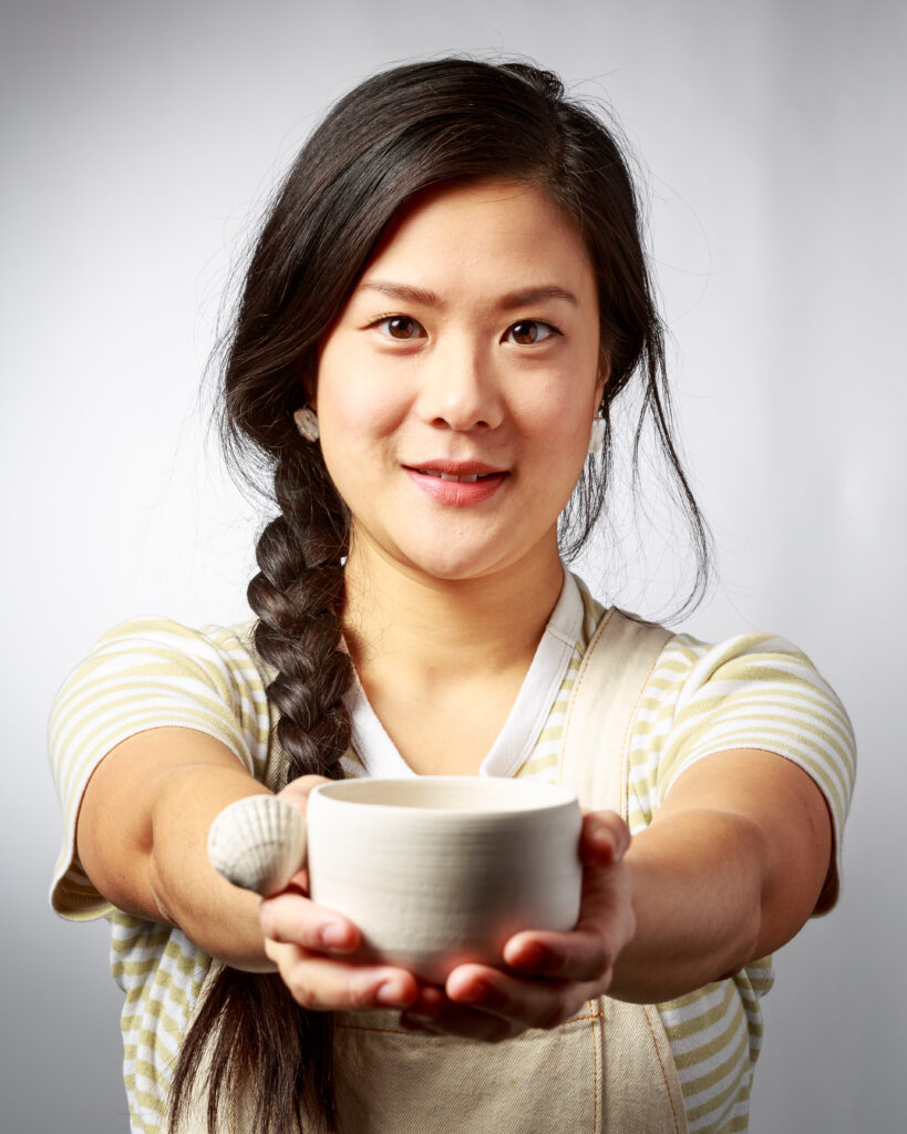 Jenny Wang. Handgjord och hållbar keramik. Studerar just nu Keramisk form vid Leksands Folkhögskola och jag fick möjlighet att fotografera henne där när jag höll kurs om att bygga portfolio.Jenny bor och verkar i Malmö. Är alltid sugen på att jobba ihop med andra, vill du också det kan du höra av dig till henne.E-post: jenny@jennywang.se