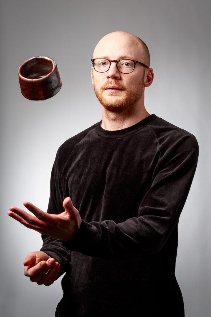 Gustav Alsiö med japansk tekopp inspirerad av Shozo Michikawa. Gustav studerar keramik på Leksands Folkhögskola och jag fick möjlighet att fotografera honom när jag var där och höll kurs om att bygga portfolio.