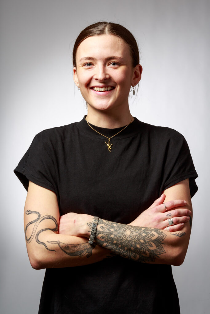 Ebba Bruce studerar metall- och silversmide på Leksands folkhögskola. Ebba gör just nu sitt första år och planerar att gå ännu ett år i denna fantastiska oas. Jag fick möjlighet att fotografera henne när jag var där och höll kurs om att bygga portfolio.I framtiden planerar Ebba att ha egen verkstad och butik. Hon brinner för feminism, djur och natur. Ebba drivs av viljan att skapa smycken som föds ur människors livshistorier och hjärtefrågor.Halsbandet Ebba bär har hon givetvis gjort själv! Och du hitta Ebba här på Instagram @ebbabrucesilver.