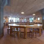 Arbetsbord i keramiken på Kristofferskolan av Form & Funktion. Foto: Christian Habetzeder.