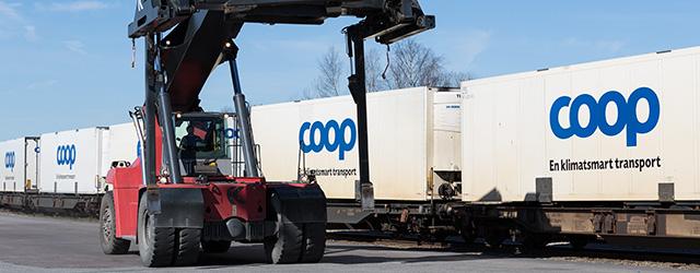 Företagsfotografering av lastning på Coop Terminal i Bro.