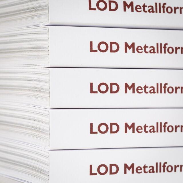 """Den 8:e maj är det äntligen release för boken """"LOD Metallformgivning - verkstad, butik, galleri & mötesplats"""". Se den på plats - hos LOD - på Norra Agnegatan 40.  Många röster tecknar tillsammans en mångfacetterad bild av en konstscen från 1999 till idag. Innehållet speglar medlemmar, kunder, egna utställningar, gästutställare, kollegor, grannar och intresserade. Högt och lågt med humor och värme. Det är också en inblick i en konstnärligt skapande verksamhet med internationell koppling.  160 sidor inlaga blev det till slut och särskilt tack ska Dan Gordan ha, som axlade redaktörsarbetet på sluttampen och såg till att vi kom i hamn. Italgraf Media AB har tryckt boken - och jag tror att alla inblandade är överens om att resultatet speglar LOD på alla sätt och vis.  LOD är en sammanslutning av sex silver och guldsmeder. De delar verkstad, butik och galleri på Kungsholmen i Stockholm. I butiken kan du uppleva personliga smycken och unika föremål. Allt tillverkat i deras verkstad. LOD genomför utställningar i eget galleri och utomlands, som individer och som grupp.  Gruppen består idag av Pernilla Sylwan, Petronella Eriksson, Klara Eriksson, Tobias Birgersson, Erik Tidäng, Maki Okamoto och Anna Nordström.  #release #bok #bokrelease #förlag #publishing #konstnär #artist #design #formspråk #formgivning #metall #porträtt #portrait #porträttfotograf #portraitphotographer #fotografchristianhabetzeder @lod_metallformgivning @a_n_acc @klaraeriksson_metal @tbirgersson #skulptur #korpus #smycken @italgraf_media"""